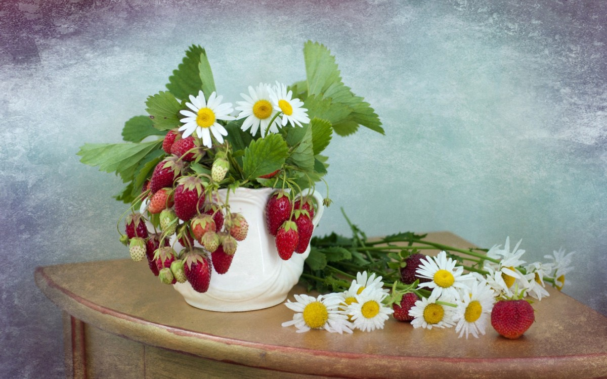 Puzzle Zbierać puzzle online - Chamomile and strawberries