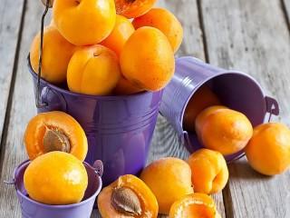 Собирать пазл Apricots and buckets онлайн