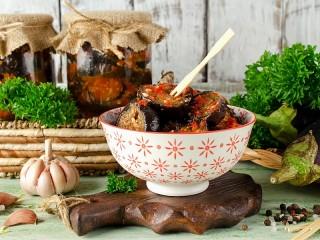 Собирать пазл Eggplants in adjika онлайн