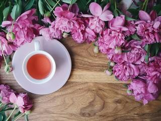 Собирать пазл Tea and peonies онлайн