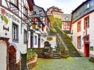 Собирать пазл Courtyard with stairs онлайн