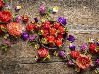 Собирать пазл Strawberries and flowers онлайн
