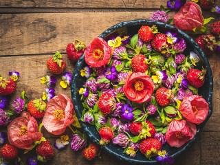 Собирать пазл Strawberry colors онлайн