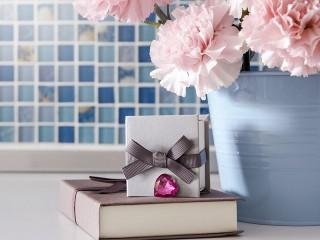 Собирать пазл The book as a gift онлайн