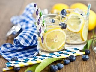 Собирать пазл Cocktail with lemon онлайн