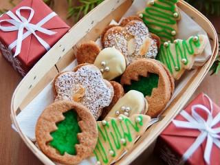 Собирать пазл Boxes and cookies онлайн