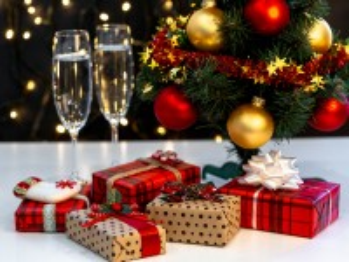 Собирать пазл Gifts and champagne онлайн