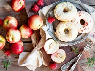 Собирать пазл Donuts and nectarines онлайн