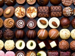 Собирать пазл The variety of chocolates онлайн