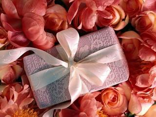Собирать пазл Rose gift онлайн