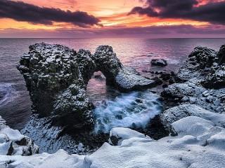 Собирать пазл Snow and sea онлайн
