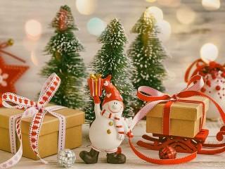 Собирать пазл Snowman with gift онлайн