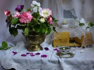 Собирать пазл Flowers and casket онлайн
