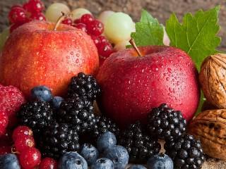 Собирать пазл Apples and berries онлайн
